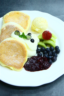 夢幻莓果舒芙蕾鬆餅<br>[ Dreamlike Berries and Kiwi Soufflé Pancake ]