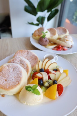 繽紛水果舒芙蕾鬆餅<br>[ Splendid Integrated Fruit Soufflé Pancake ]