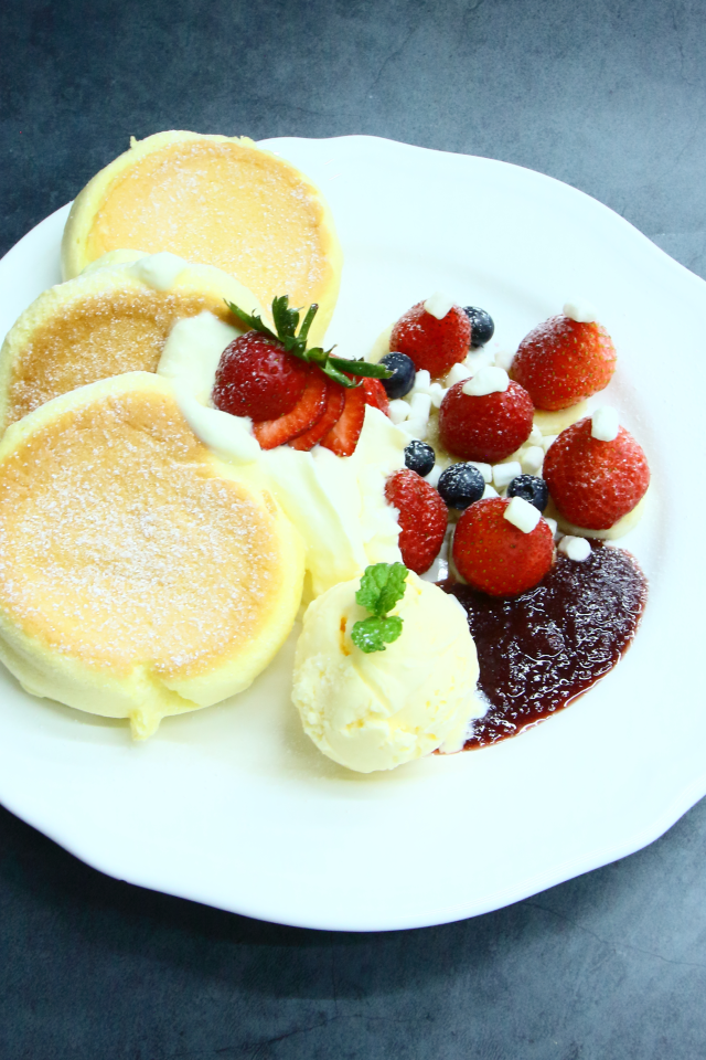 魅力草莓舒芙蕾鬆餅<br>[ Amazing Strawberry Soufflé Pancake ]